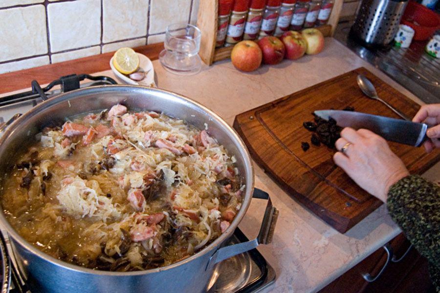Чернослив можно добавить еще после соединения мяса и капусты