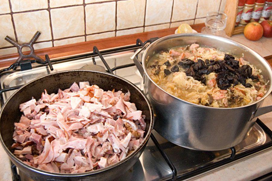 Поставим тушить отдельно мясо и капусту