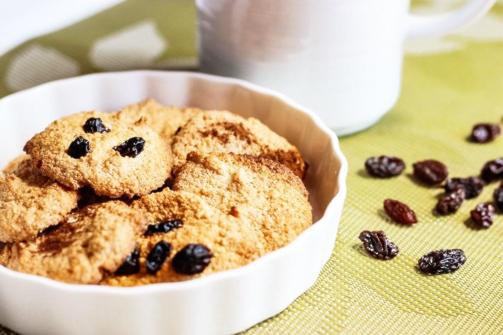 Классическое овсяное печенье можно дополнить изюмом