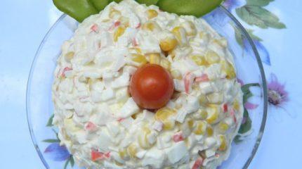 Классический салат из крабовых палочек