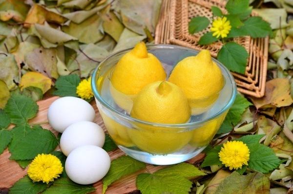 лимоны моют в воде для лимонного курда