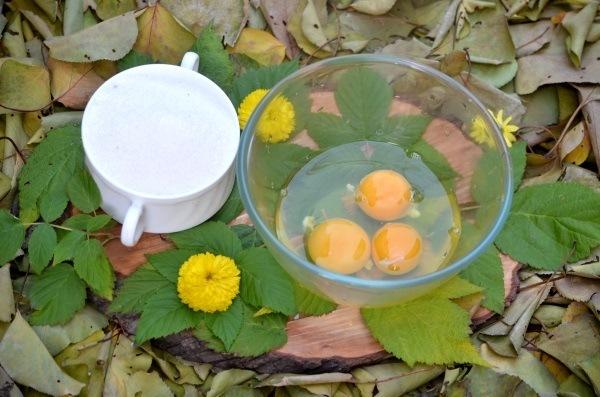 яйца разбиваем в чашку - смотрите фото