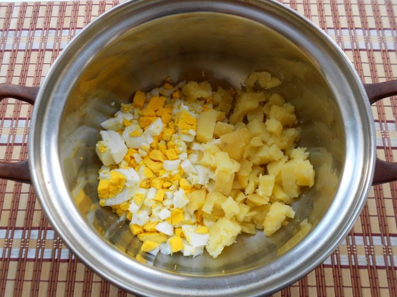 Картошку и яйца смешиваем