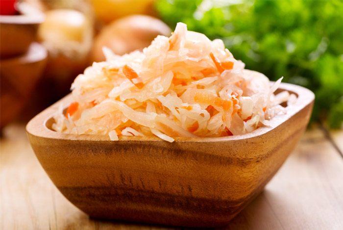 Квашеная капуста в деревянной посуде - это классическая подача