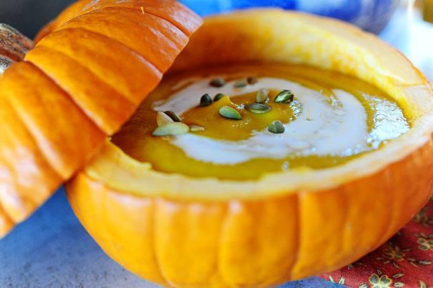 Для украшения суп пюре из тыквы можно украсить семечками тыквы